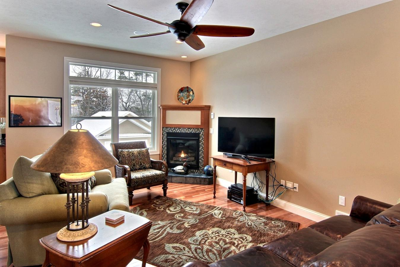 Living Room with Gas Fireplace (116 FWHD)